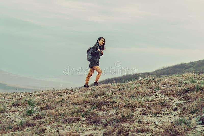 上升在山的远足者妇女 免版税库存图片