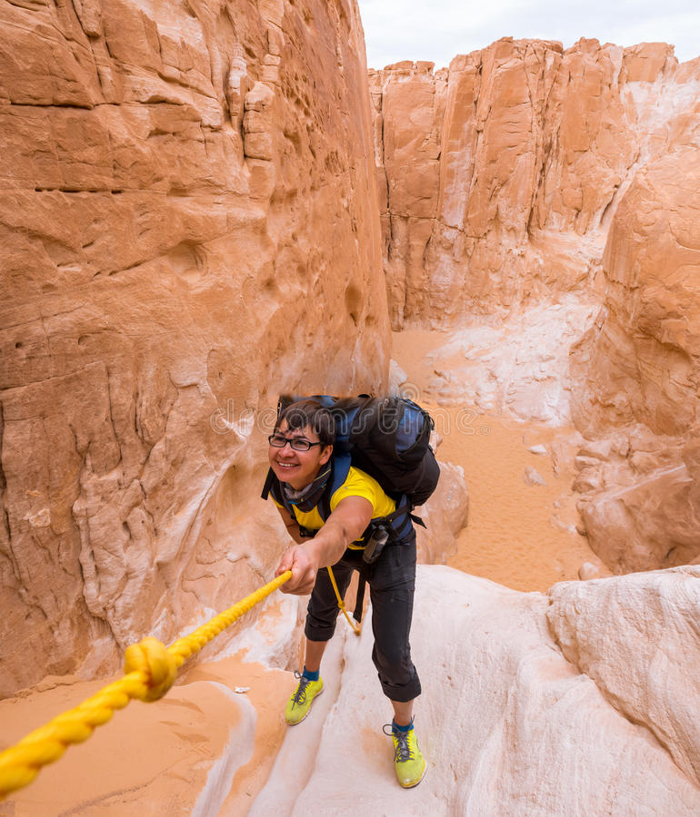 上升在峡谷,西奈,埃及的妇女 免版税库存照片