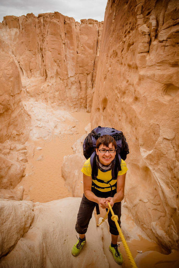 上升在峡谷,西奈,埃及的妇女 库存图片