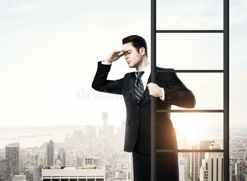 上升在梯子的商人 库存照片