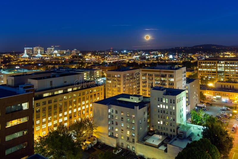 上升在波特兰或街市城市美国的满月 图库摄影