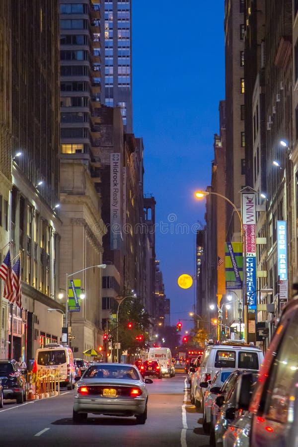 上升在纽约夜地平线的满月  免版税库存照片