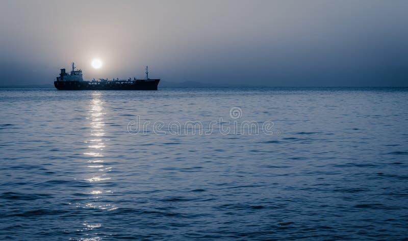 上升在航行货船上的月亮 免版税库存照片