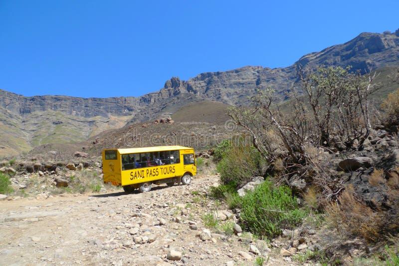 上升在萨尼在南非和莱索托之间的通行证足迹的游览车 免版税库存照片