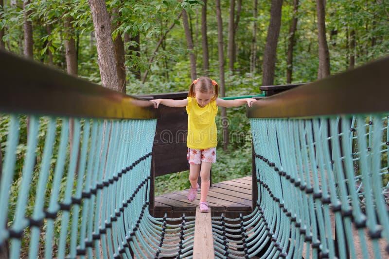 上升在绳梯的女孩 免版税库存图片