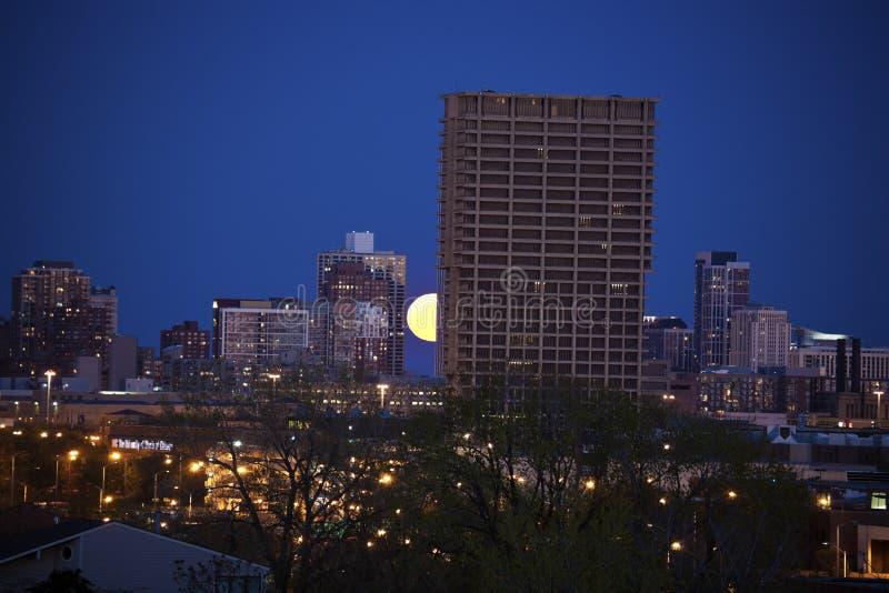 上升在UIC大厦后的满月在芝加哥 免版税图库摄影