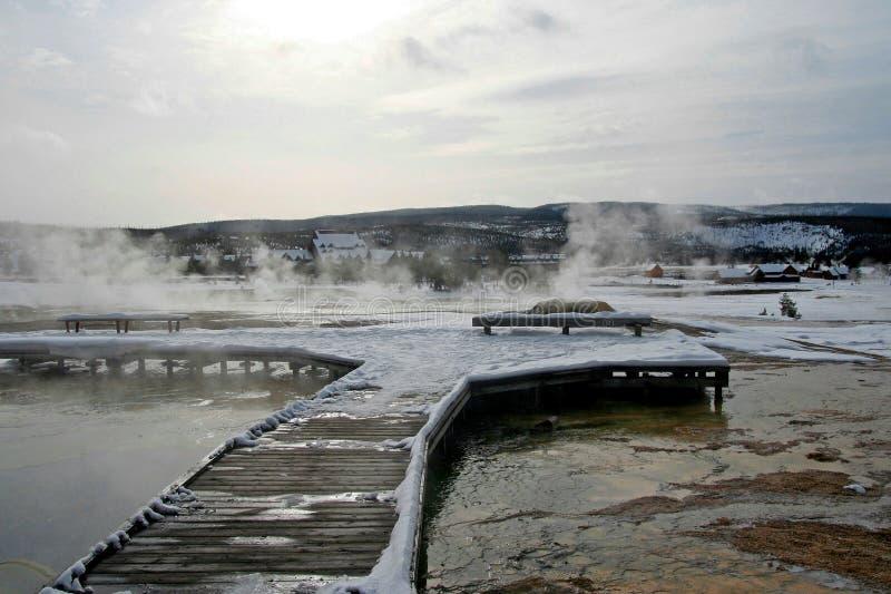 上升木木板走道的喷泉蒸汽在冬天在老忠实的区域在黄石国家公园在美国 库存图片