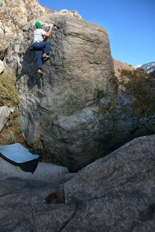 上升的人岩石 库存图片