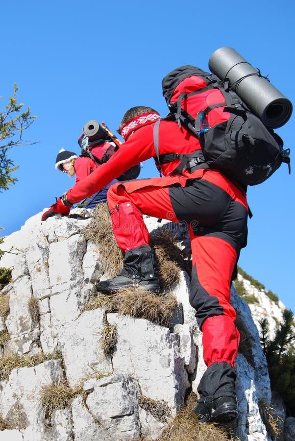 上升的夫妇登山岩石罗马尼亚 库存图片