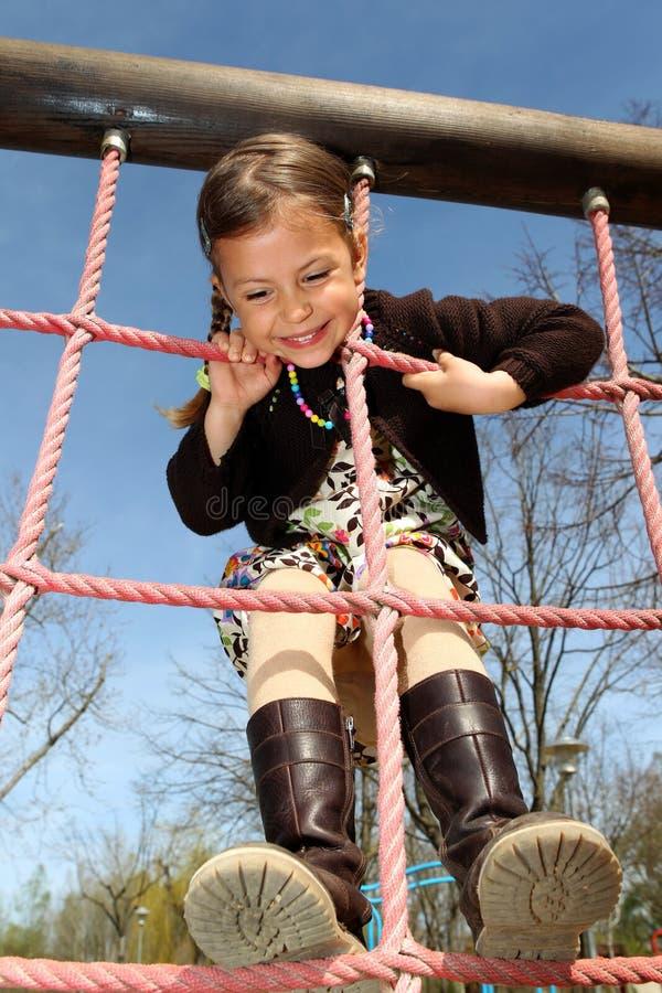 上升的女孩梯子绳索  免版税库存照片