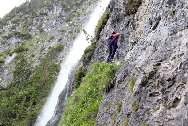 上升的妇女是在瀑布附近 库存照片