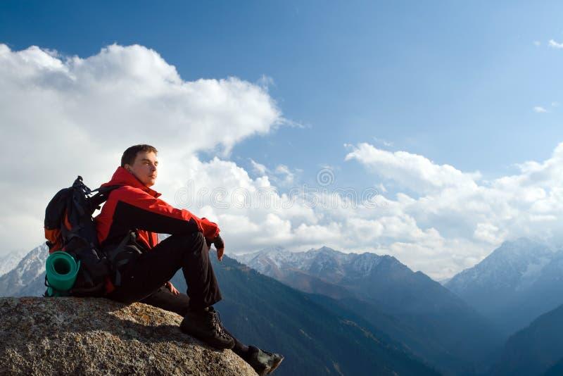 上升的新成人在山顶顶部 库存照片