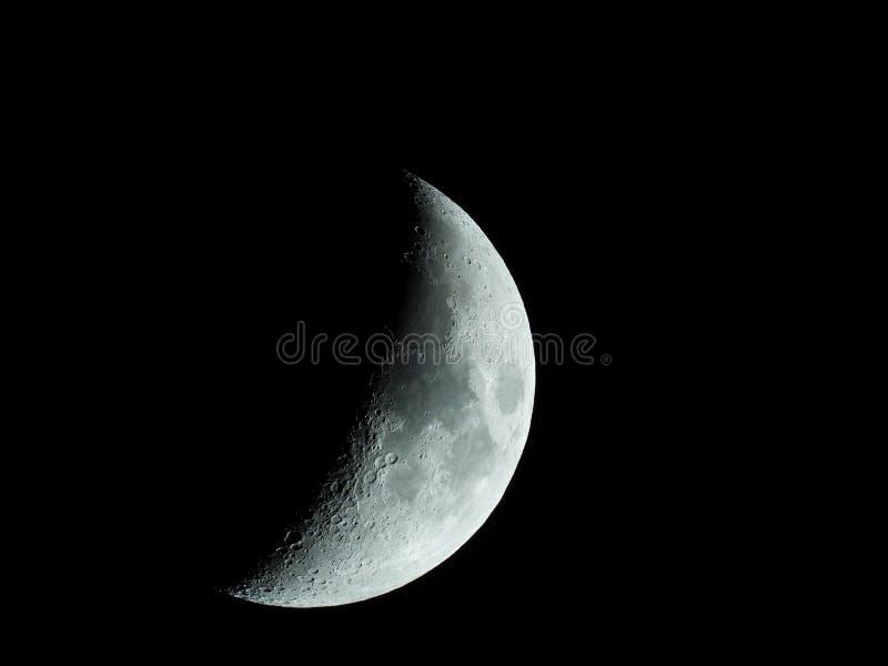 上升的新月形月亮的锋利的特写镜头在夜空的 免版税库存图片
