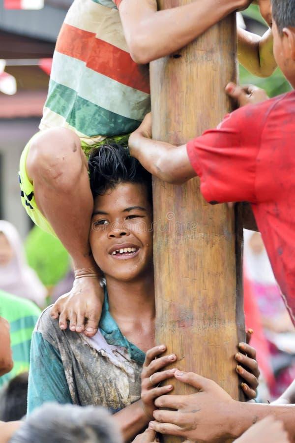 上升的溜滑杆竞争或Panjat Pinang印度尼西亚traditinal比赛 图库摄影