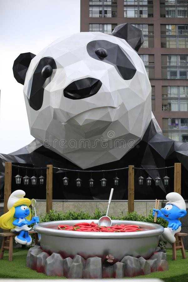 上升的熊猫是一个地标大厦在成都,四川,中国 与建筑师结合的国宝熊猫 库存图片