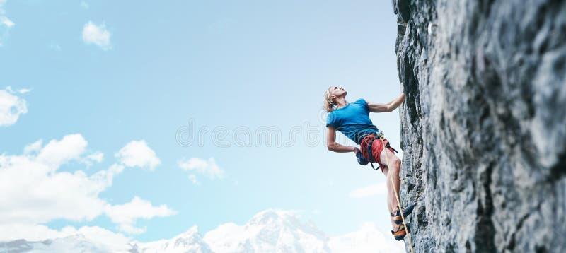 上升的结岩石系住二 人攀登在岩石墙壁上的攀岩运动员富挑战性路线 图库摄影