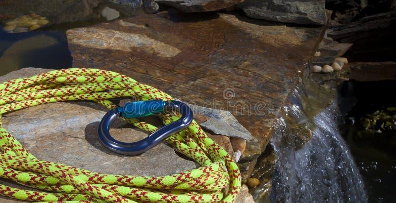 上升的绳索和carabiner在水旁边 免版税图库摄影