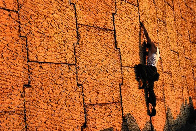 上升的都市墙壁 免版税库存照片