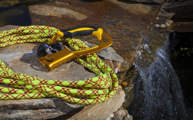 上升者和上升的绳索在水附近 库存图片