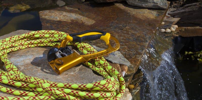 上升者和绳索在小瀑布附近 免版税库存照片