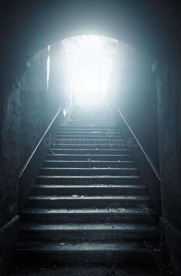 上升至光的老被放弃的台阶 库存照片