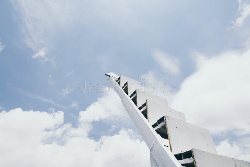 上升至天空的白色台阶 免版税库存图片