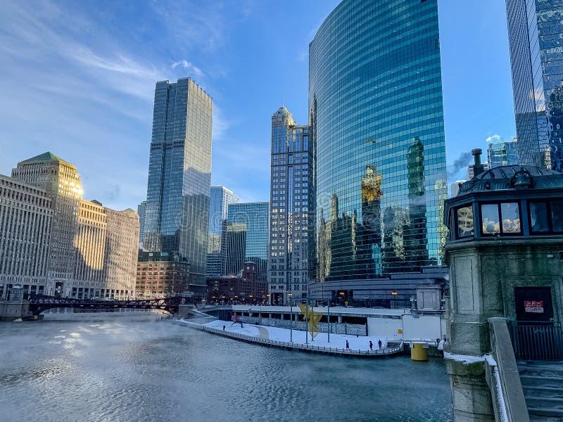 上升芝加哥河的蒸汽作为温度笔直落下 库存照片
