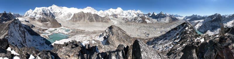 登上卓奥友峰和珠穆琅玛美好的全景  免版税库存照片
