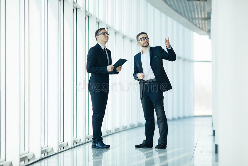 上司和经理dicussing的变动 免版税库存图片