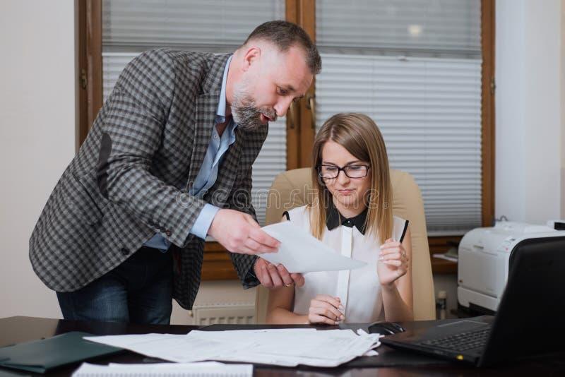 上司是恼怒雇员 办公室工作者犯了一个错误 免版税库存照片