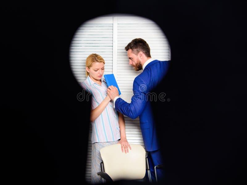 上司积极的威胁的暴力 办公室罪行的证人 妇女在办公室遭受暴力 肮脏的秘密和 免版税库存照片
