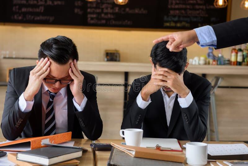 上司责备的年轻商人 免版税库存图片