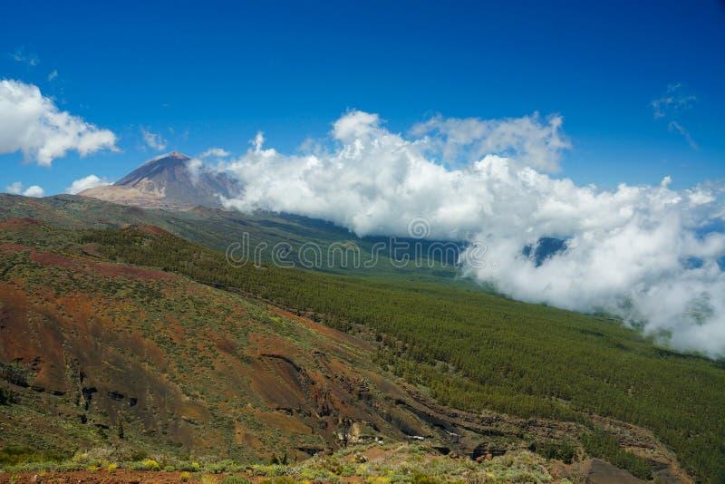 登上在特内里费岛的泰德峰塔,低云滚动  免版税库存照片