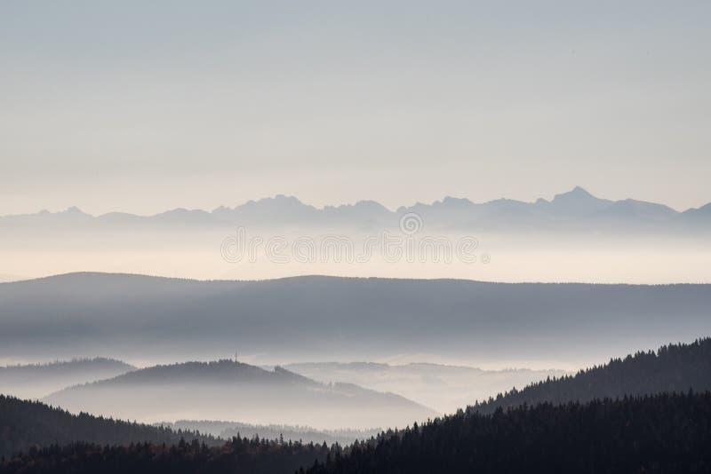 上塔特拉山从Hala Rycerzowa的山脉在秋天Beskid Zywiecki山 库存照片