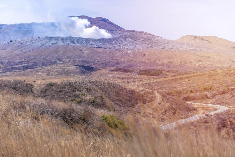 登上娜卡或Aso山火山口是最大的活跃volca 库存照片