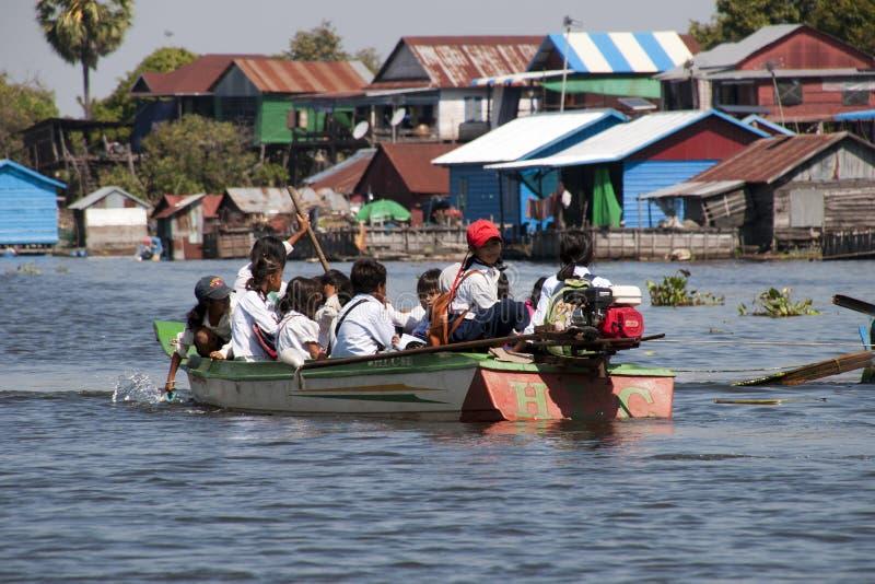 上学的孩子乘小船 免版税库存图片