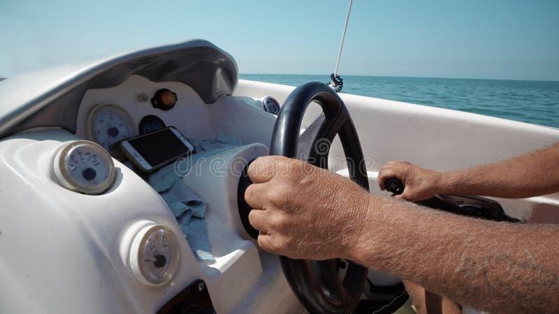 上尉或水手小船方式的游艇或风船转动的和改变的方向的 免版税库存照片