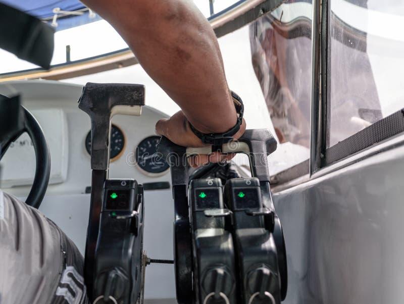 上尉控制在快艇的手油门 图库摄影