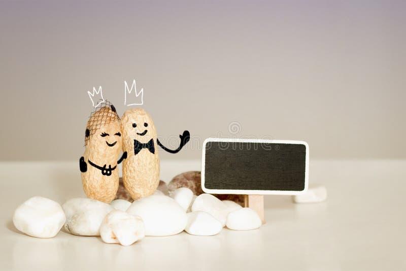 上帝教会婚礼爱卡片 在永远爱概念的两灵魂 冠新娘和新郎在耶稣前面 免版税库存照片