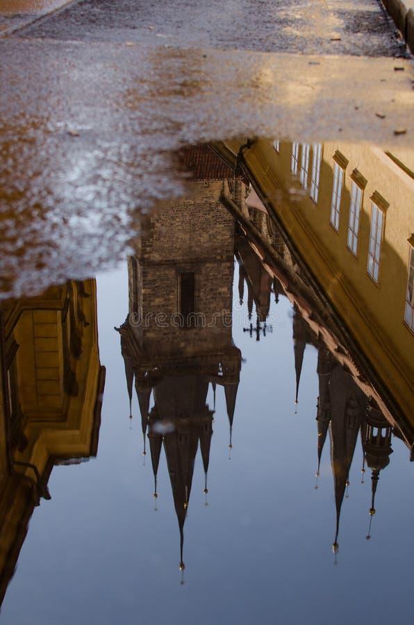 上帝的母亲教会在TÃ ½ n屋顶反射前的在水坑 库存照片