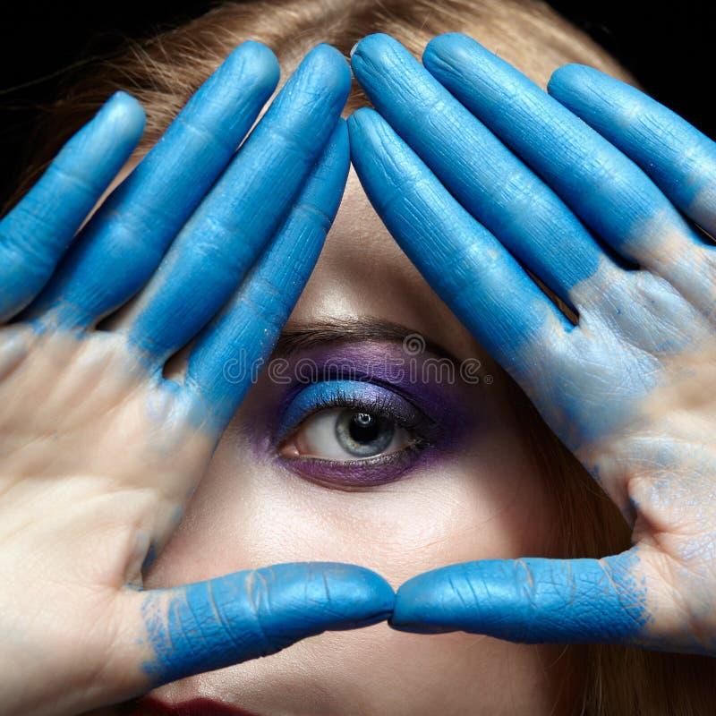 上帝的眼睛,眼睛金字塔标志由手制成和女性f 库存照片