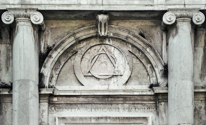 上帝的眼睛,里面三角交织了与在大厦上门道入口的圈子在威尼斯,意大利 免版税库存照片