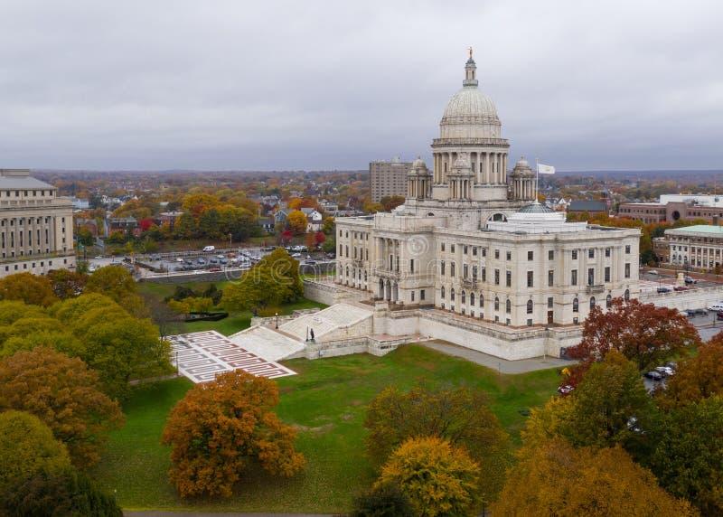 上帝罗德岛秋天改变国会大厦状态的颜色树 库存图片