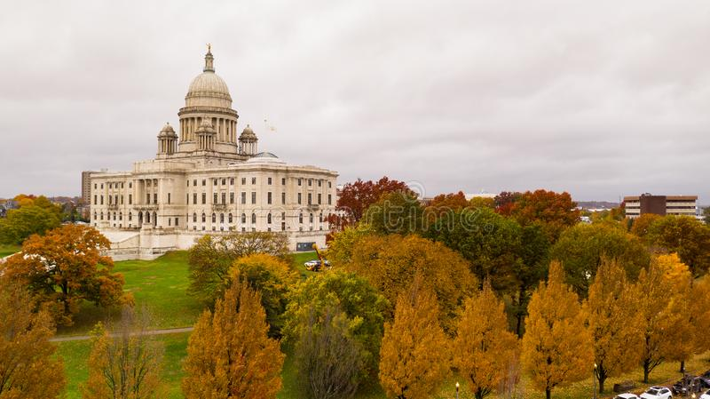 上帝罗德岛秋天改变国会大厦状态的颜色树 免版税库存照片
