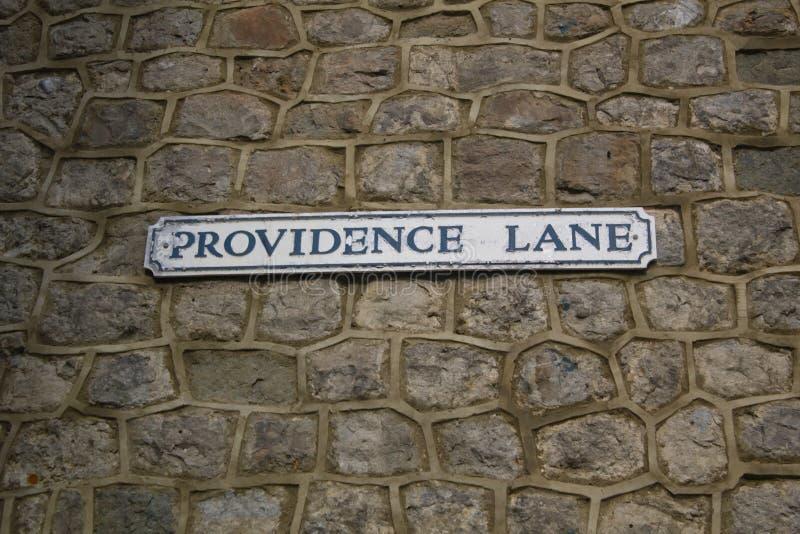 上帝车道的路牌在石墙上 免版税图库摄影
