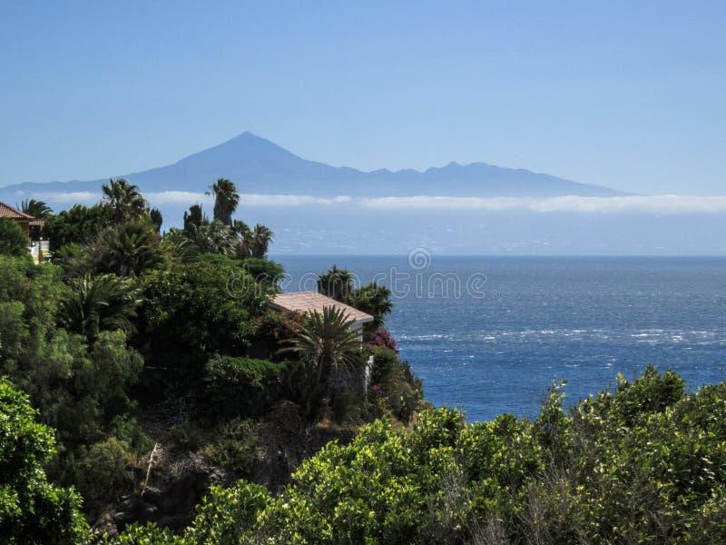 登上泰德峰看法从戈梅拉岛,坎那利岛的 库存图片