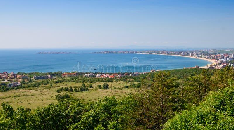 从上流的晴朗的海滩和Nessebar视图 库存照片