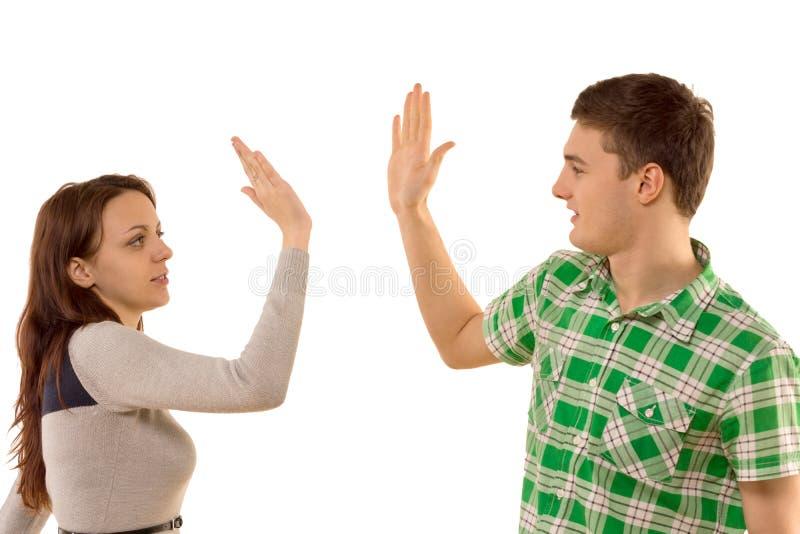 给上流fives的年轻夫妇 免版税库存照片