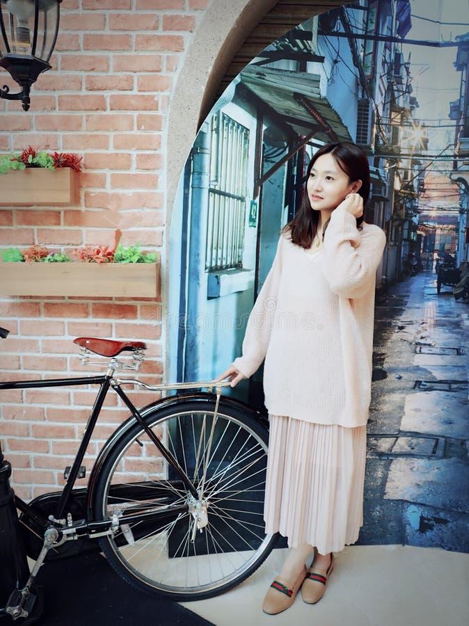 上海一个老胡同的美丽的甜中国女孩  免版税库存照片