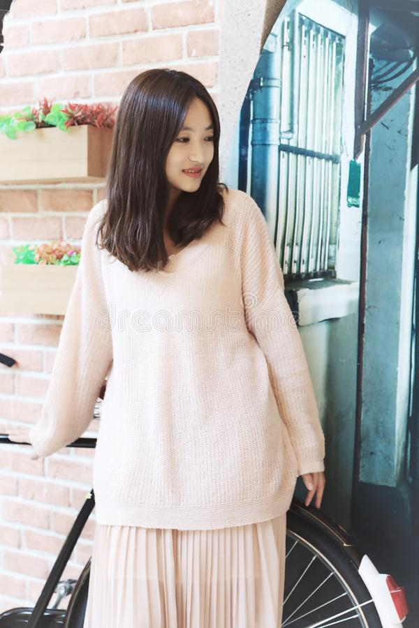 上海一个老胡同的美丽的甜中国女孩  免版税库存图片
